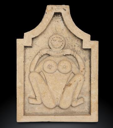 Antica fontana tantrica raffigurante Lajjia Gauri