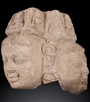 Antica testa trina indiana raffigurante Buddha Avalokitesvara