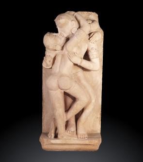 Antica scultura indiana raffigurante due amanti celesti